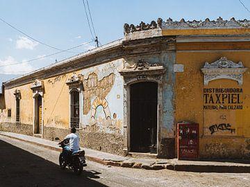 Straatbeeld (straathoek) in Quetzaltenango (Xela), Guatemala van Michiel Dros