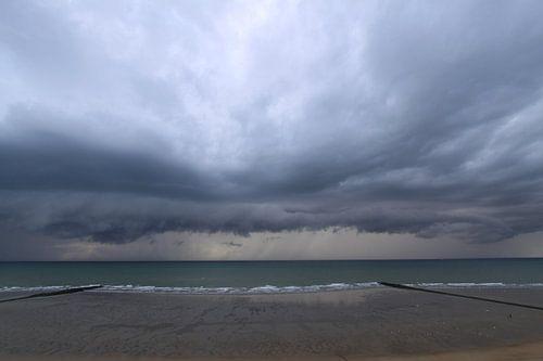 onweer boven zee van