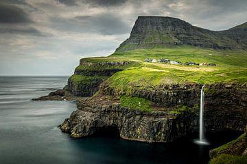 Múlafossur waterval, Faeröer van Dennis Wardenburg