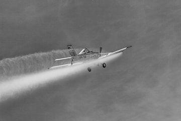 PZL-106 Kruk im Einsatz in schwarzweiß