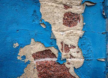 Blauw vervallen muur