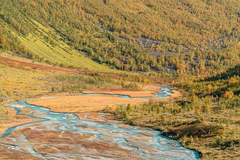 Blauw smeltwater in herfst vallei. van Axel Weidner
