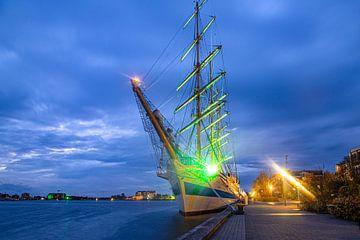 Russisch tall ship MIR bij Bontekai in Wilhelmshaven bij nacht van Rolf Pötsch