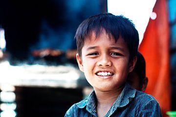Indonesische kinderen kijken verlegen in de camera van André van Bel