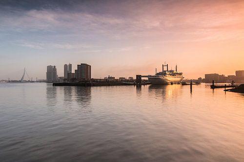 Zonsopkomst bij de SS Rotterdam van Ilya Korzelius