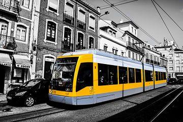 Gele tram in Lissabon van Kim de Been