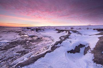Grote ijsschotsen op de Waddenzee met een mooie zonsopkomst! van Peter Haastrecht, van