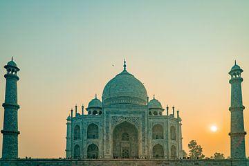 Zonsopkomst met een groene gloed over de Taj Mahal tempel in Agra India. van Twan Bankers