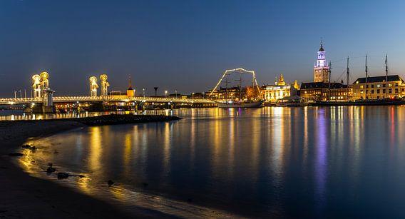 De stad Kampen gedurende zonsondergang met de IJssel.