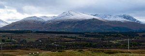 Besneeuwde bergtoppen in Schotland van Hans Verhulst