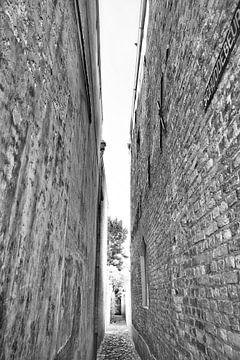 Hoog smal straatje Middelburg stad van Mariska Wondergem