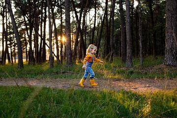 Klein meisje met gele laarsjes van Jaleesa Koelen