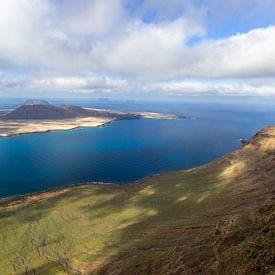 Panoramisch uitzicht op het eiland La Graciosa vanuit het gezichtspunt Mirador del Rio op het eiland van Reiner Conrad