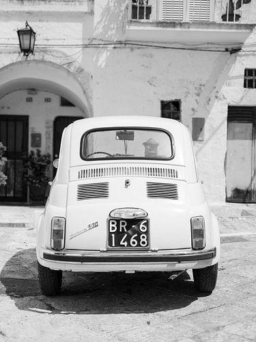 Fine art zwart wit foto van Fiat 500 in Italië