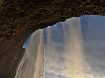 Seljalandsfoss - onder de waterval van Timon Schneider