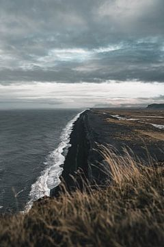Zwart strand van Colin van Wijk