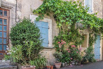 Idyllisch steegje in het dorp Villars in de Provence van Christian Müringer