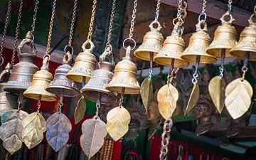 Koperen belletjes in een winkel, Nepal van Rietje Bulthuis