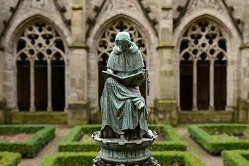 Bronzen beeldje van een schrijvende monnik in de kloostertuin van de Domkerk in Utrecht von Merijn van der Vliet