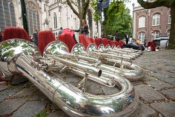 Instrumenten van een muziekkorps uitgelijnd op de straat van Fotografiecor .nl