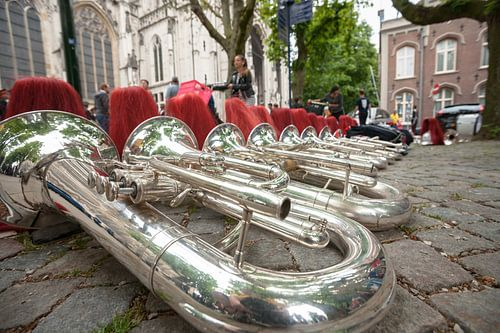Instrumenten van een muziekkorps op straat