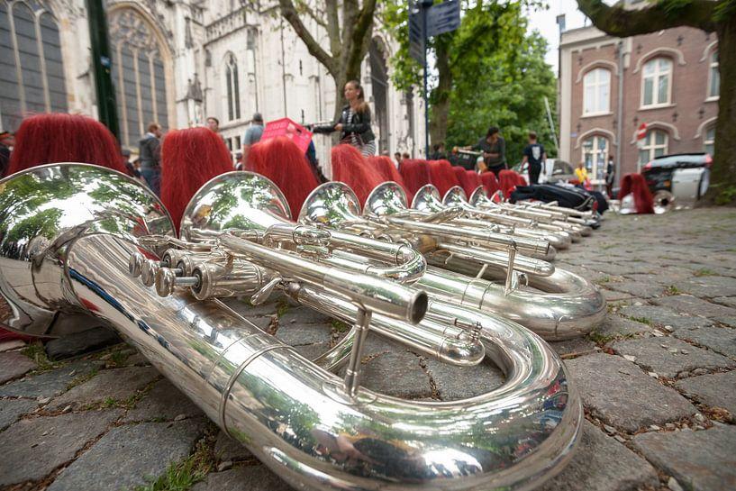Instrumenten van een muziekkorps op straat van Fotografiecor .nl