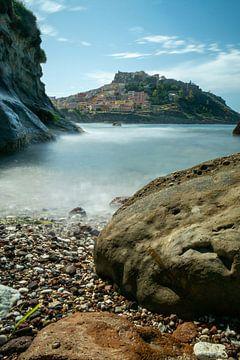 castelsardo sardinie vanaf het strand met rotspartijen von Eline Oostingh