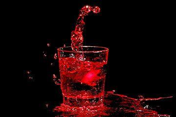 IJs splasht in een glas rode wijn van