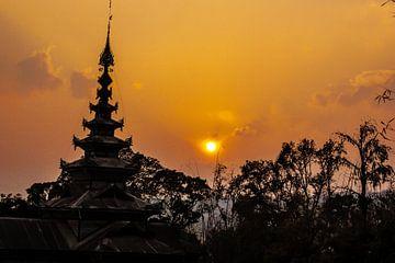 Zonsondergang klooster in Myanmar van Joey Ploch