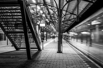 Station Groningen, Vertrekkende trein (zwart-wit) van Klaske Kuperus