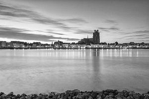 Zonsopkomst bij Dordrecht in zwartwit.