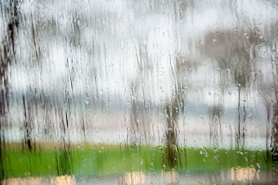 Regen tegen het raam van Mariska Hanegraaf