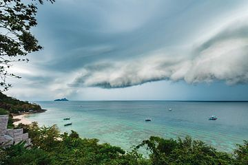 Aankomende storm op het Thaise Phi Phi eiland van