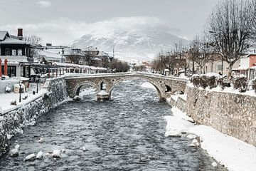 Lumbardhi rivier in de oude stad van Prizren, in Kosovo met de oude stenen boogbrug van Besa Art