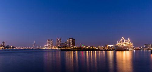 Kop van Zuid met SS Rotterdam bij nacht