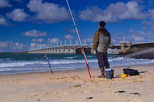 Oosterscheldekering met visser van Bastiaan Vogel