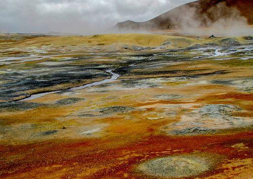 Veelkleurig landschap met warmwaterbronnen in IJsland
