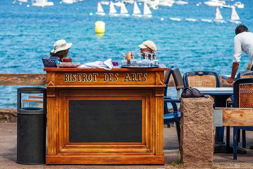 Le Bistrot-des-Arts terras in Port-le-Blanc, Frankrijk van Evert Jan Luchies