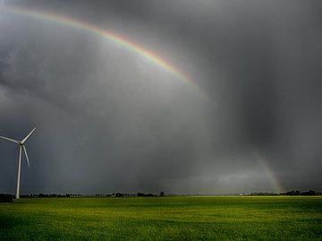 Regenboog met groen gras van Martijn Tilroe