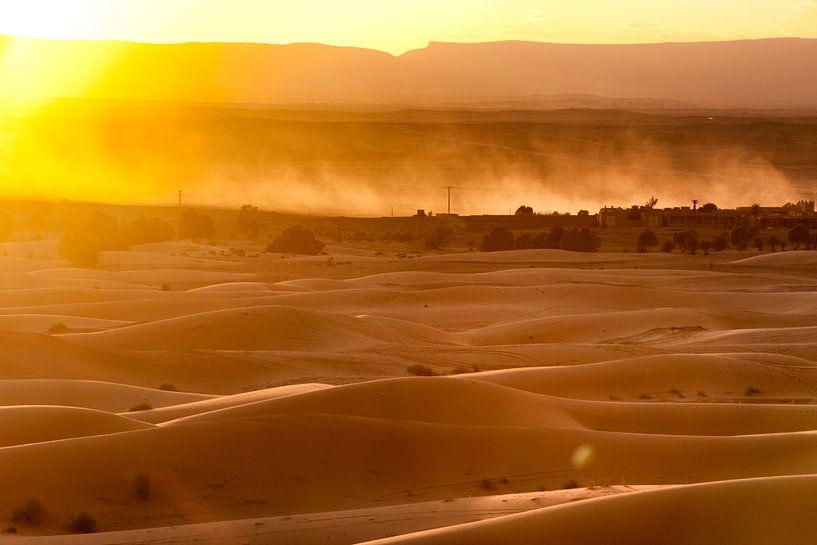 zonsopgang in de sahara van Paul Piebinga