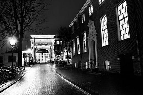 Amsterdam lichtjesbrug Amstel in de avond zwart-wit