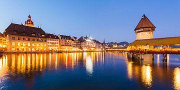 Lucerne avec le Kapellbrücke le soir sur Werner Dieterich