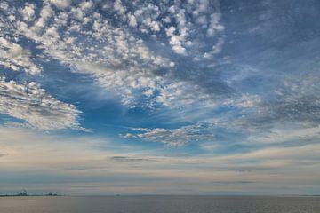 Wolkenlucht boven de monding van de Eems van Harrie Muis