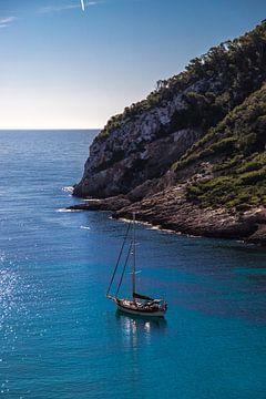 Segelboot in der Bucht von Cla Llonga von Alexander Wolff