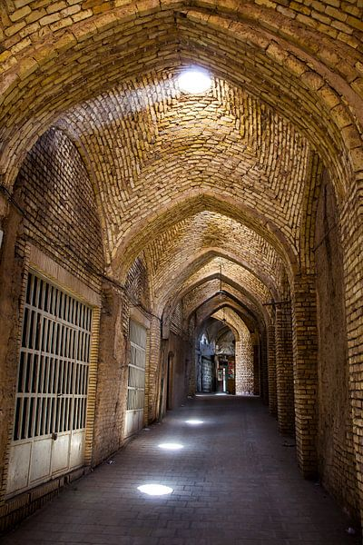 Souk (Markt) in Yazd, Iran van Bart van Eijden