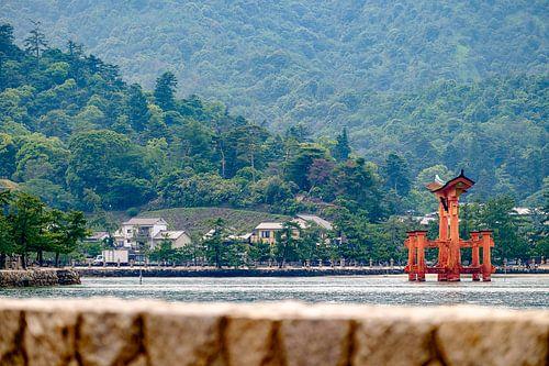 Torii bij de Itsukushima Shrine, Japan