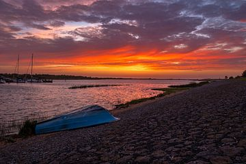Sonnenuntergang auf dem hinteren Deich in Makkum von Kor Wijnja