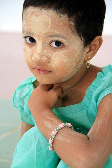 Thanaka meisje in Myanmar van Gert-Jan Siesling