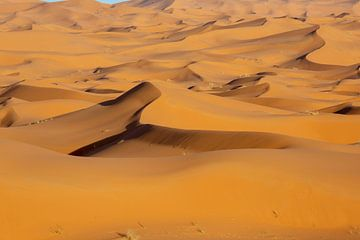 Marokko. Mooie zonsondergang in de woestijn van de Sahara. Zandduinen bij zonsondergang. Afrika van Tjeerd Kruse