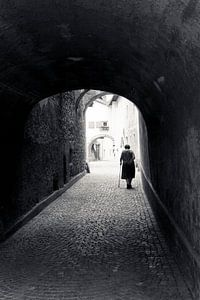 Vrouw in poort, Italië. Een beeld zoals je maar 1x maakt in je leven! van